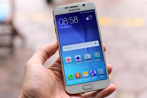 Galaxy S6 cho cảm giác cầm thoải mái hơn S6 Edge, thiết kế thuộc dạng đẹp và nổi bật trong số các điện thoại Android hiện nay.